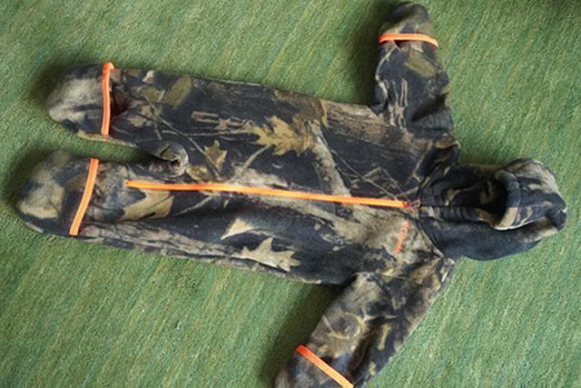 画像: 一見、フリースでできた普通のベビー服に見えますが、手足の先端が袋状になっています。