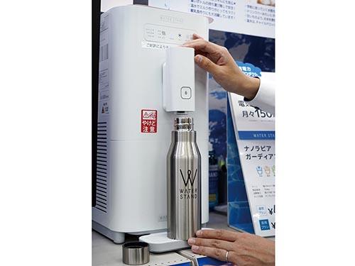 画像: 給水口は高さ調節が可能。マイボトルや哺乳瓶にも直接注げて便利。