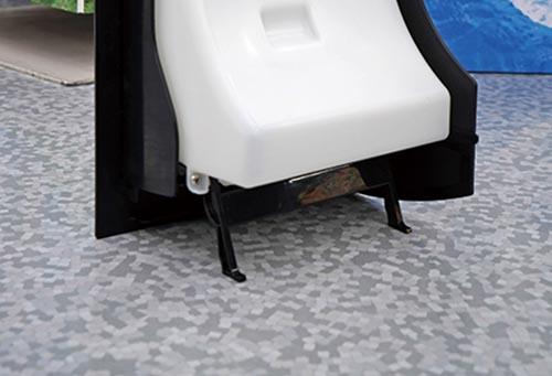 画像: 給水タンクは脚付き。自立するので塩が入れやすい。