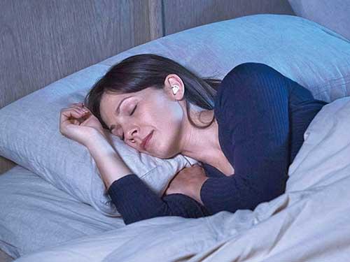 画像: 寝相を変えても外れにくい形状のイヤピース。特殊コーティングで、枕による摩擦ノイズも解消している。