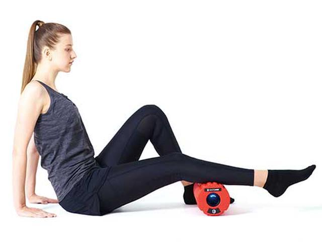画像: ふくらはぎを刺激。アキレス腱の上から膝裏の手前まで部分的に当てていくと効果的。