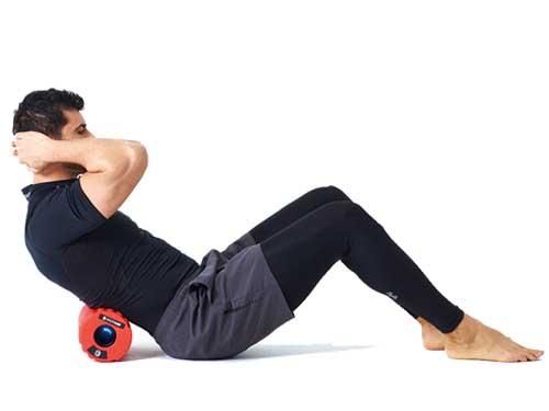 画像: 肩甲骨の下位置で使用。姿勢保持に大きな役割を果たす僧帽筋下部へアプローチする。