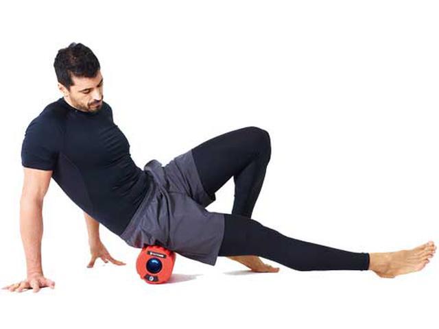 画像: 腰痛やむくみ改善が期待できる大臀筋のストレッチ。左右片方ずつ1分程度使用。