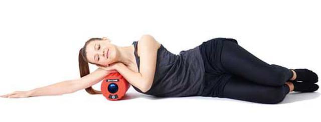 画像: 横向きに寝た状態で、脇横に体と垂直位置に当てる。肩と背中のリフレッシュに。