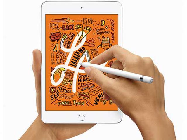 画像: 7.9型と片手で持てるコンパクト機。「A12 Bionic」内蔵で、処理能力は十分。大きめのメモ帳感覚でApple Pencilが使えるのも便利。