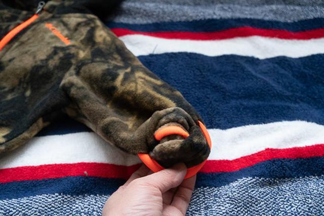 画像3: 手足の先端が袋状になったベビー服を発見