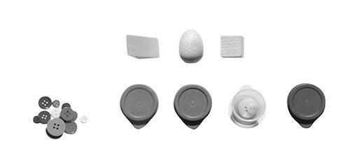 画像: 形、大きさ、色で分けるのは楽しい。小さなボタンを色別に分けるお仕事なら、2歳頃から