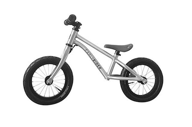 画像: ある程度身長のある子なら、ペダルのないランニングバイクのほうが昔ながらの三輪車よりおもしろいかもしれない。二輪車に乗って、自分の足で進む感覚が楽しめる。慣れてくれば勢いをつけて両足を地面から離したり、体でバランスを取ることもできる。これは自転車に乗るときに役立つ。ゆっくりと自分のペースで乗るうちに、普通の自転車も補助輪なしで乗れるようになるだろう。2歳頃から