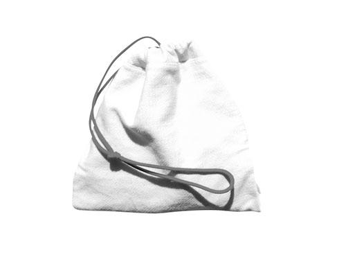 画像: これは中に入っているものが何かを、外側から手で触って当てるお仕事。テーマを決めておくのもいいし、袋をいくつも用意して、同じものを当てるのもいい。難しいのは、家にあるもの、というヒントだけで何が入っているかわからない袋かもしれない。2歳半くらいから