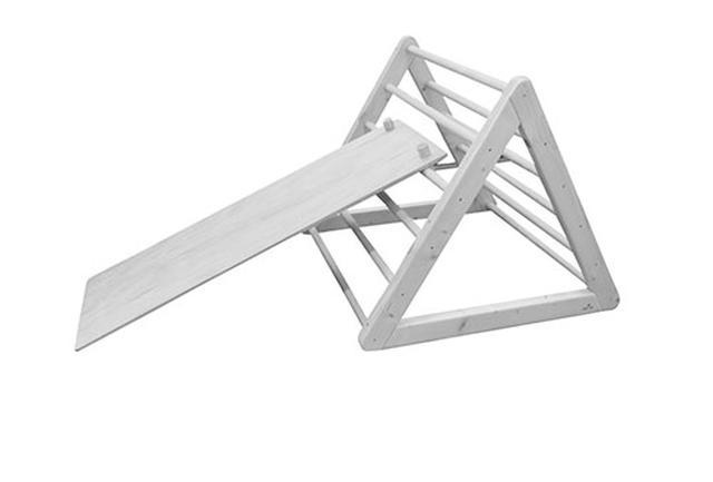 画像: 屋内で使える滑り台もある。高さは子どもの身長に合わせて変えてあげよう。子どもは滑り降りるのも、反対側から登るのも楽しめる。公園にある滑り台を使う場合、ひとりでも上り下りができるものが望ましい。どの年齢の幼児でも