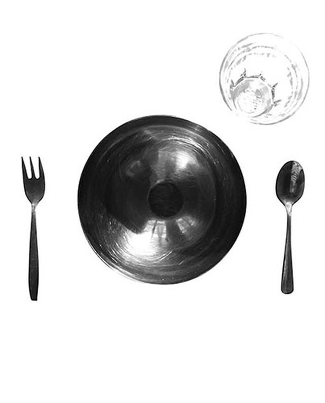 画像: 子どもが自分のお椀やお皿、カトラリー、コップを出せるように、低い棚にしまっておこう。ランチョンマットにはお皿やカトラリーを置く位置に印をつけたものを