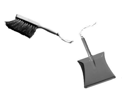 画像: 小さめの掃除用具をいつでも使えるよう準備しておこう。ほうきやモップ、チリトリ、ブラシ、手袋型のぞうきん、スポンジなどがいいだろう。子ども用の掃除用具があれば、子どもは家をきれいにすることを覚える。子どもは床を掃いたり、モップをかけたり、ゴミを取ったりするのが大好きだ。チリトリとブラシを使うと細かいゴミまで集められるし、両手を同時に使ういい練習にもなる。1歳頃から