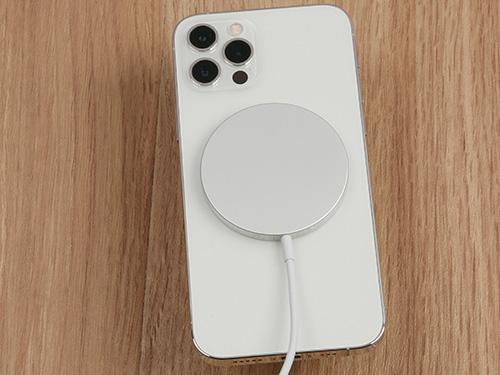 画像: Qi対応の充電器で、MagSafe対応のiPhoneやケースに磁力でピタッと付く。最大15ワットのワイヤレス充電が可能。USB-Cケーブルが一体化していて、コンセントから充電するには別途、USB-C接続の電源アダプターの購入が必要。