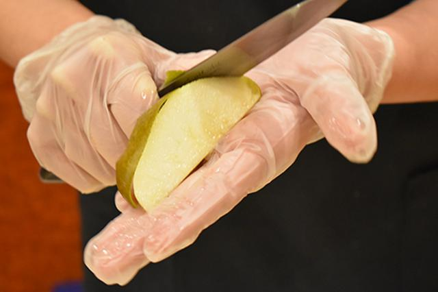 画像: ⑥皮を剥く時は、包丁で切るというより果実を刃に押しつけて滑らせながらカットする。
