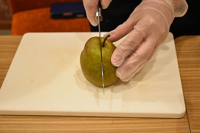 画像: ①よく切れる包丁で実を潰さないようカットする。手は添えるだけで、迷いなく一気に切るのがポイント。