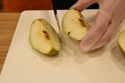 画像: ②リンゴと同じように好みのサイズに等分する。