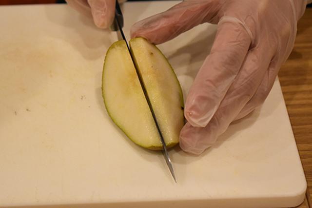 画像: ⑤好みの大きさに切り分ける。海野さんのおすすめは分厚めに。果物本来の味わいを楽しめるのだそう。
