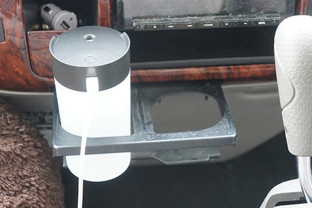 画像: もっともノーマルにドリンクホルダーに設置してみました。走行中に倒れる心配も少なく、もっとも安心して使えるのではないでしょうか。