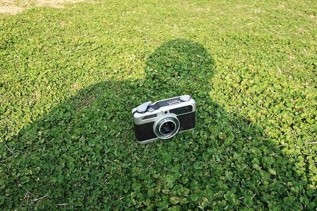 """画像: ここでの日陰、実は自分の身体によるもの。あまり大きくないカメラのような被写体なら、こういった工夫で""""適度な日陰""""を作って撮影する事ができるのだ。"""