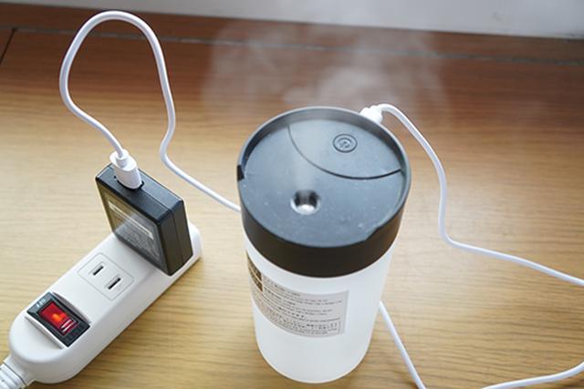 画像: 家庭用のAC電源からUSBに変換して給電。変換コネクタは別売ですが、ほとんどの方がひとつくらいは持っているのではないでしょうか。