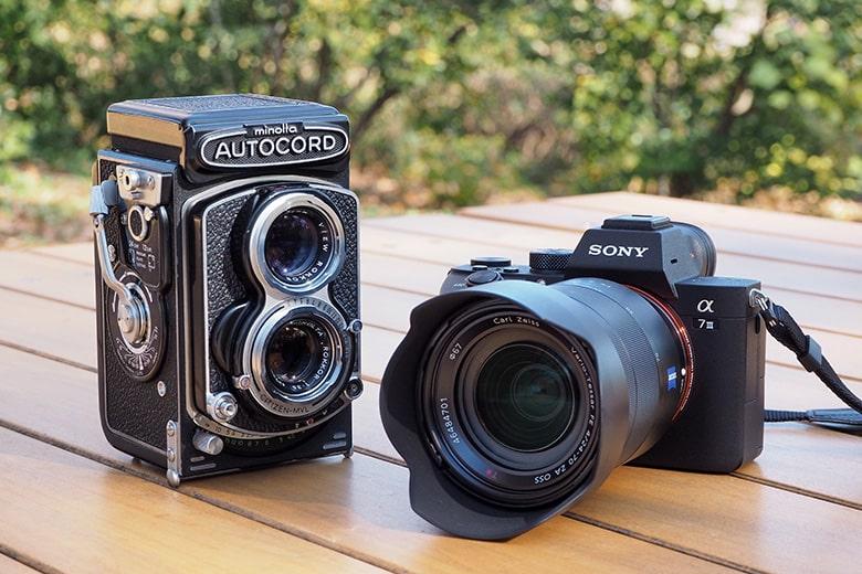 画像: ●被写体にするカメラ(左):ミノルタ オートコードIII(1965年発売)。120および220フィルムを使用する、6×6判二眼レフカメラ。搭載される「ロッコール75mm F3.5」のレンズ描写の良さも含め、国産二眼レフの中でも人気の高いモデル。1980年代に、新宿の中古カメラ店で購入(専用革ケース付きの極上品)。個展用の作品づくりなどに使用してきた。 ●撮影に使用するカメラ(右):ソニー α7 III+Vario-Tessar T* FE24-70mm F4 ZA OSS