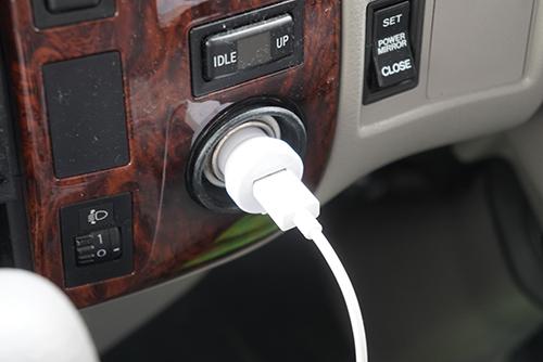 画像: クルマのシガーソケットから給電。シガーソケットをUSBに変換するコネクターは100円ショップで購入しました。