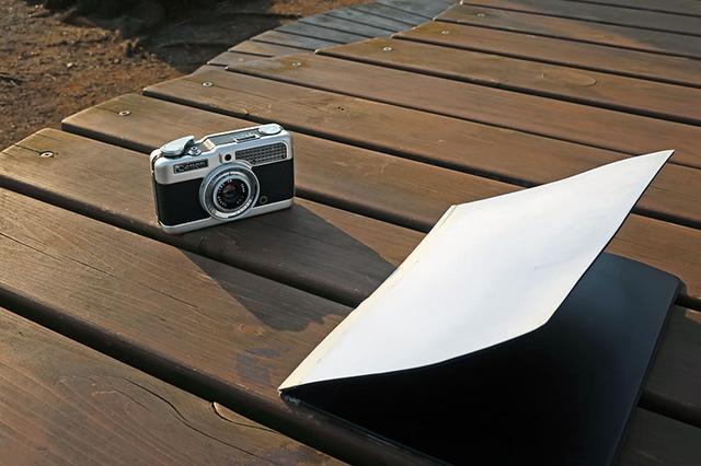 画像: 自分は、普段から屋外でカメラの写真を撮る事が多い。そのため、カメラバッグの背ポケットには、常にA4サイズの白色ビニールボードを入れて出かける。