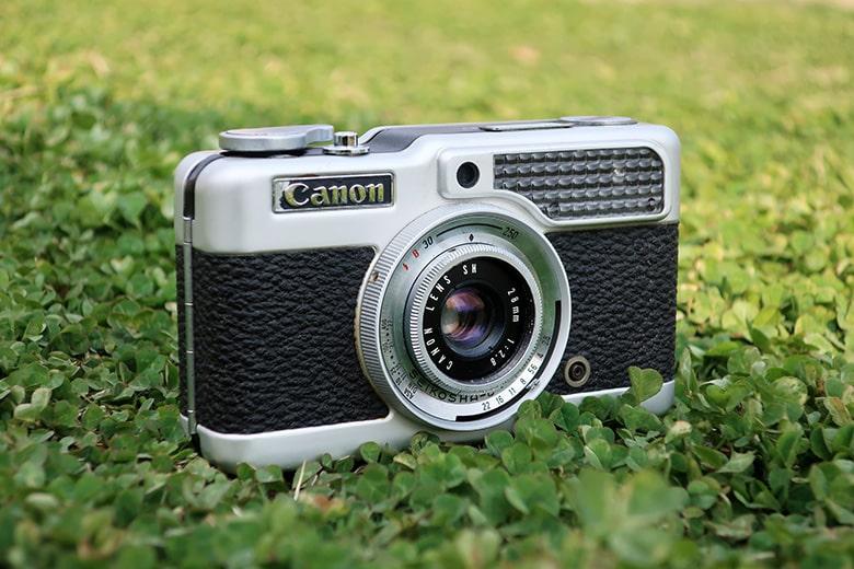画像: すぐ横は日なた…というギリギリの日陰に被写体のカメラを置いて、少し斜めの位置から狙った。ちなみに、中望遠域での撮影なら、こういった角度を付けた場合でも、カメラの形状を自然に見せることができる。 キヤノン PowerShot G9X Mark II(84mm相当で撮影) 絞り優先オート F5.6 1/500秒 WB:オート ISO125