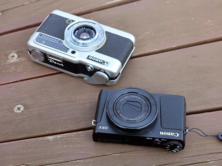 画像: ●被写体にするカメラ(左):キヤノン デミ(1963年発売)。35mmフィルムを使用する、ハーフ判コンパクトカメラ。購入した時期は覚えていないが(10年くらい前?)、都内の中古カメラ店のジャンクコーナーで見つけ、可愛らしいデザインに惚れて購入。ジャンク扱い品なのだが、シャッターや絞りなど基本的な部分は可動する。 ●撮影に使用するカメラ(右):キヤノン PowerShot G9X Mark II