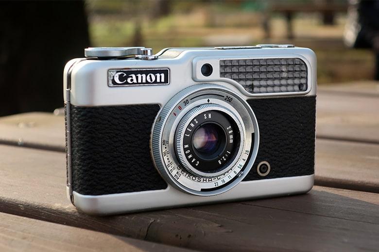 画像: 被写体カメラの前に持参した白いボードを置き、位置や角度を調節しながら日陰部分に光を当てる。これによって、ただの逆光とは違う表情を得る事ができた。シボ革のような黒っぽい部分の変化は少ないが、シルバー部分やレンズ前面(前玉)は見違えるように明るくなった。 キヤノン PowerShot G9X Mark II(84mm相当で撮影) 絞り優先オート F5.6 1/320秒 WB:オート ISO125