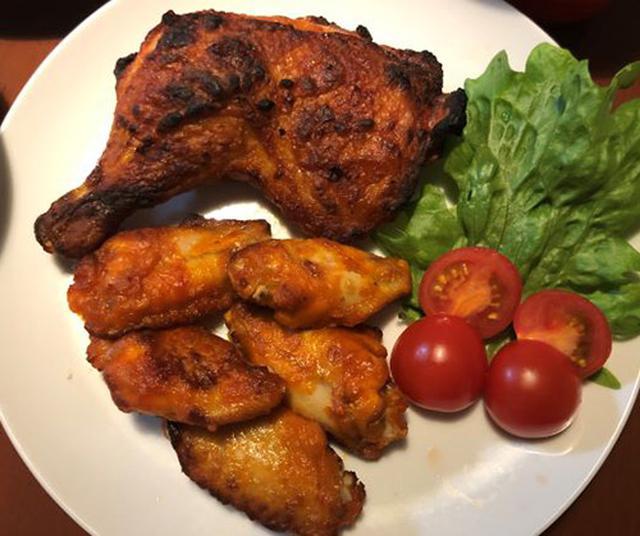 画像: 骨付きもも肉の辛味チキン590円と辛味チキン(5コ)290円。レタスとトマトを添えました。