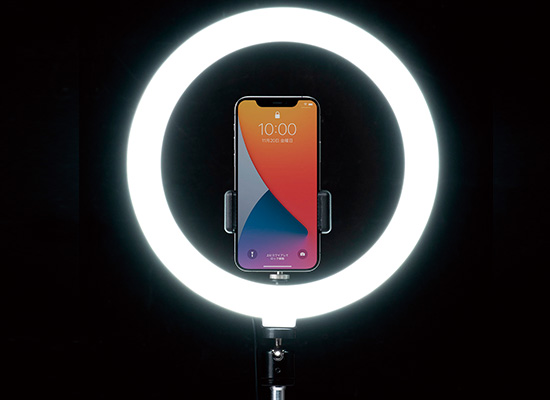 画像: スタンドが付属したリングライトは、手持ちでも利用可能。3色照明モードに対応し、10~8000ルーメンの明るさ調整機能もある。ライトの角度も変えられるので、商品撮影などにも便利。