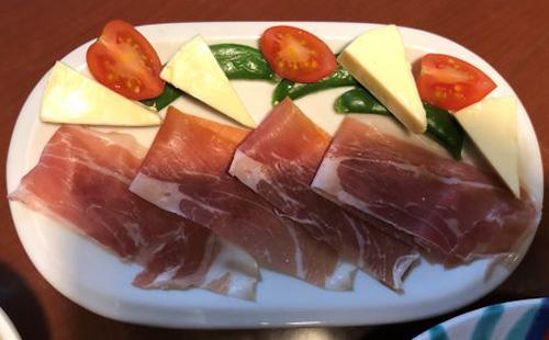 画像: プロシュート(パルマ産熟成生ハム)350円。チーズと野菜を添えました。