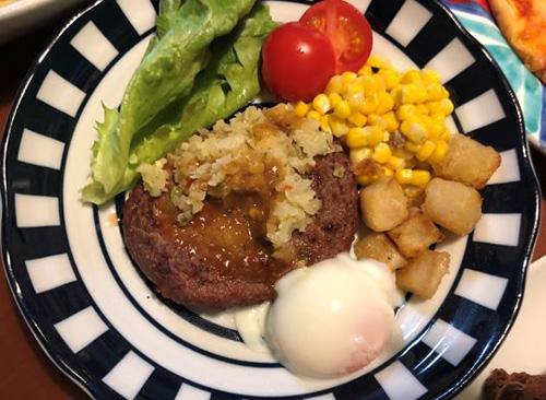 画像: ディアボラ風ハンバーグ490円。コーンとフライドポテト、温玉付き。レタスとトマトを添えました。