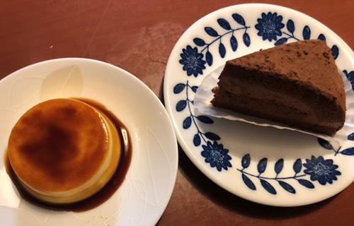 画像: イタリアンプリン240円(左)とチョコレートケーキ290円(右)