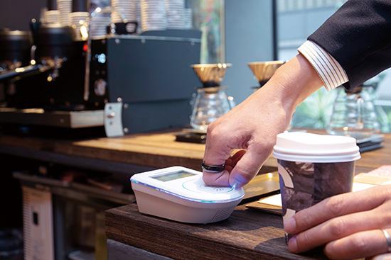 画像: Visaタッチ決済に対応。支払い時には指輪をリーダーに近づけるだけ。