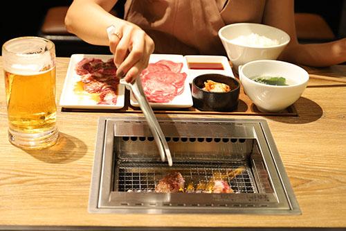 画像: 「ひとり焼肉」は「ひとりで焼肉を食べたい」という女性の潜在意識を解放した