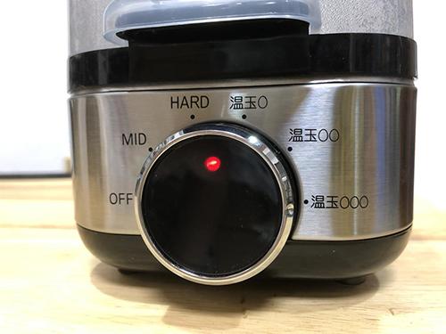 画像: 調理の種類をダイヤルでセレクト。加熱中は赤いライトが点灯する