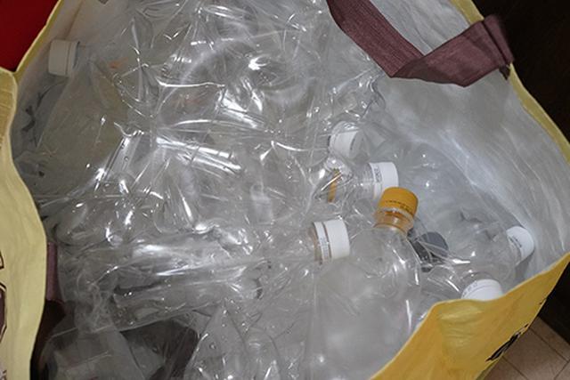画像: リサイクルに出すため別にしてあるペットボトルゴミ。潰してもそれなりにスペースが取られるのもうれしくないわけです。