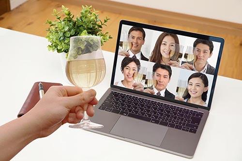 画像: 複数人と同時にやり取りするのが基本の婚活パーティ(写真AC)