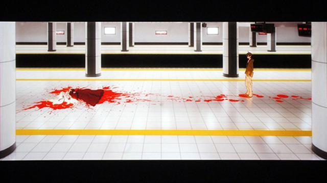 画像: 地下鉄のホームで吸血鬼に遭遇する阿良々木暦。怪異との初めての出会いだ。 (C)西尾維新/講談社・アニプレックス・シャフト