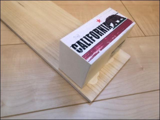 画像: ボンドで木箱に接着