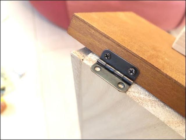 画像: 蝶番をビスで打ち付けて、背板と合わせる