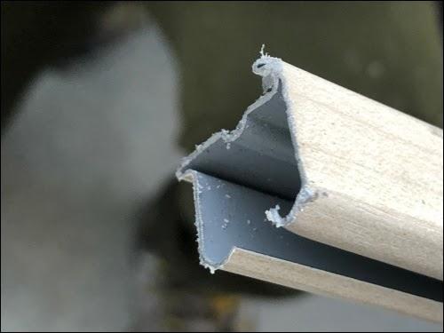 画像: 切り口がギザギザしているカーテンレール
