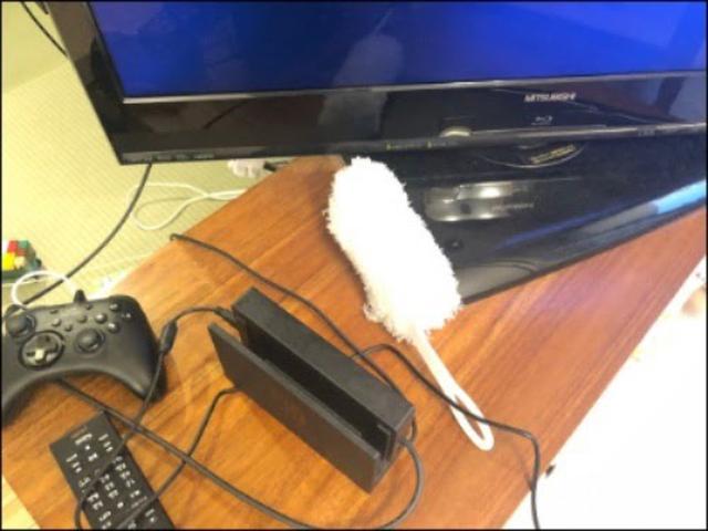 画像: テレビ台に放置されがちなハンディモップ