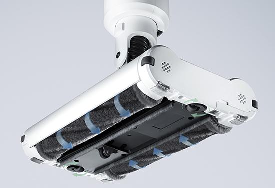 画像: 新技術「ホバーテクノロジー」を搭載。「デュアルブラシヘッド」が、同じ速度で本体中央に向かう形で回転する。ミニ四駆から着想したという「角ローラー」で、壁にスライドさせながらスムーズに掃除できる。