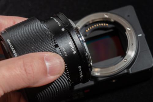 画像: レンズ交換式のカメラはレンズを脱着する際に、カメラボディが大きく口を開けた状態になります。ここからゴミやホコリが侵入しやすいのです。