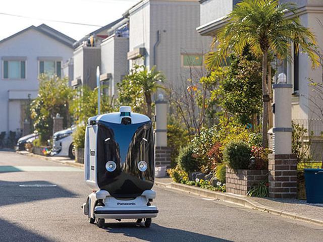 画像: 「Fujisawaサスティナブル・スマートタウン(Fujisawa SST)」内で、自動走行ロボットを使った配送サービスを実施。Fujisawa SSTはパナソニックの工場跡地で、2014年の街びらきを経て、2000人以上が暮らす住宅街だ。