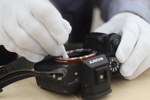 画像: センサーをクリーニングする平塚さん。慣れた手つきで素早く作業をしてくれました。