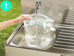 画像: ①洗濯袋に、適量の水と洗剤を入れます。